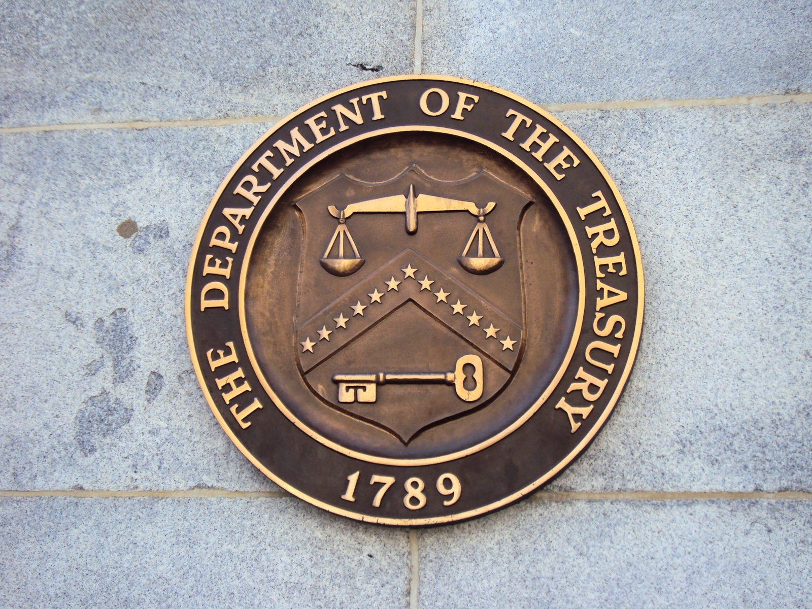 Seal_on_United_States_Department_of_the_Treasury_on_the_Building